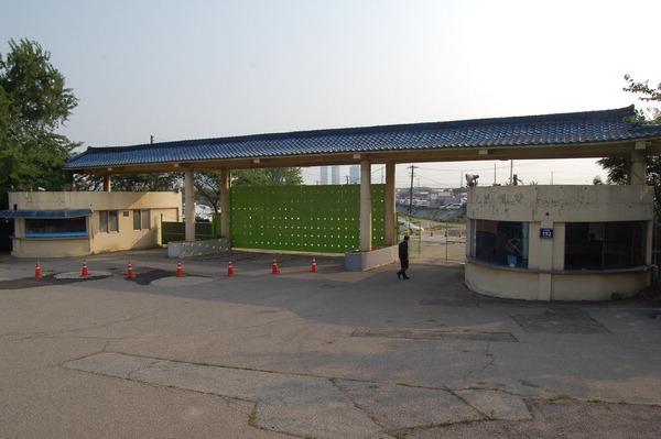 ▲ 50년 가까이 수도권 주민들의 휴식처로 사랑을 받다가 지난 2011년 폐장한 송도유원지 입구가 철문으로 굳게 닫혀있다.