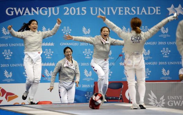 ▲ 펜싱 여자 사브르 단체 한국과 러시아의 결승전에서 금메달을 획득한 한국 대표팀 선수들이 환호하고 있다. /연합뉴스