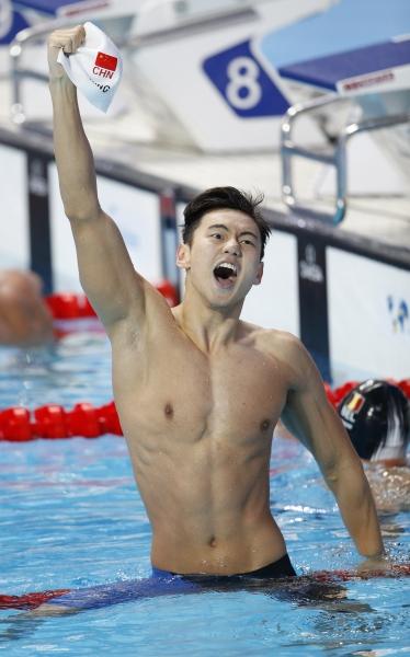 ▲ 중국의 닝쩌타오가 6일(현지시간) 러시아 카잔에서 열린 2015 세계수영선수권대회 남자 자유형 100m에서 역대 아시아 선수로는 처음으로 이 종목 금메달을 목에 걸었다. 레이스를 마친 뒤 우승을 확인한 닝쩌타오의 모습. /AP=연합뉴스