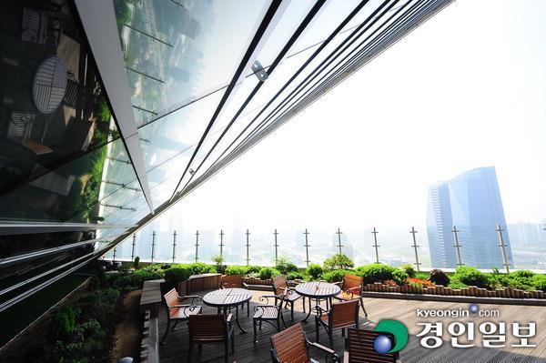 ▲ G타워 29층에 위치한 하늘정원. 서해안을 향해 포효하는 건물의 입과 같은 모습이 인상적이다.