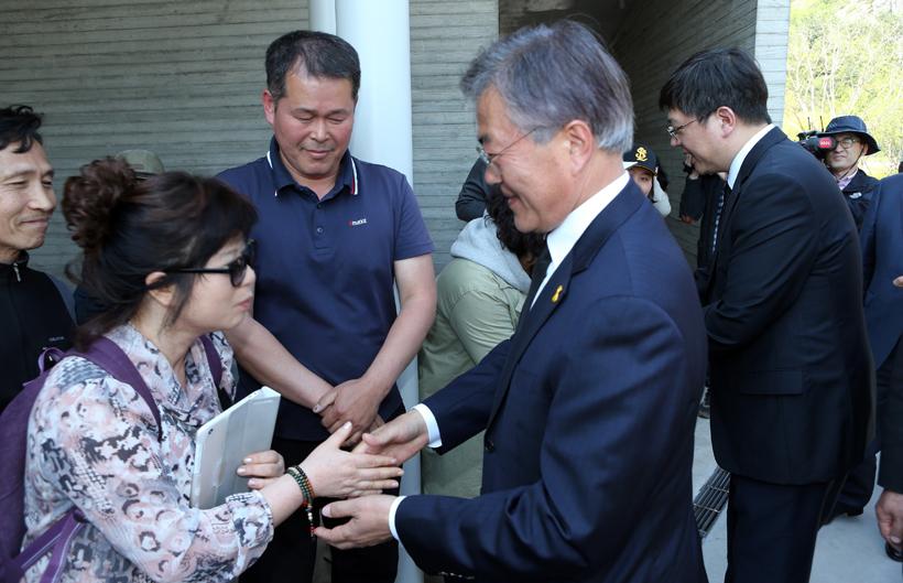지지자들과 손 잡는 문재인과 김홍걸