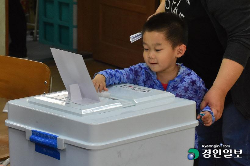 [경인포토]엄마, 저도 투표해요