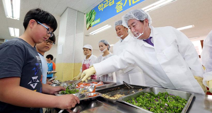 초중고등학교 급식 배급 사진