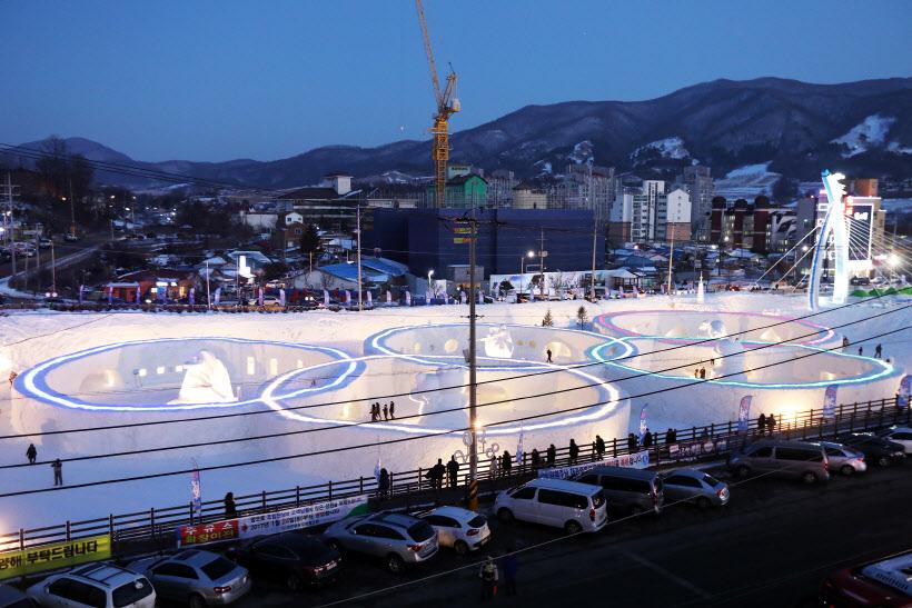 올림픽 오륜마크 모양 눈 조각 전시장