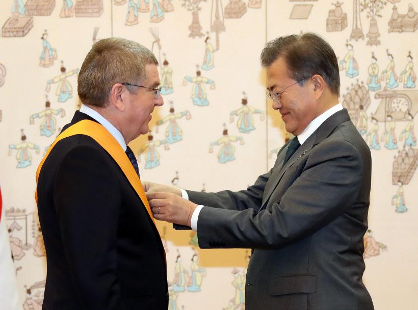 문 대통령, 바흐 IOC위원장에 '감사 훈장'