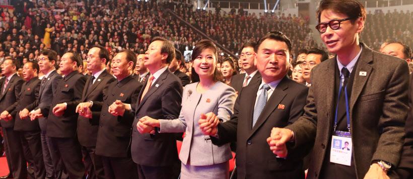 같이 노래 부르는 남북<YONHAP NO-4178>