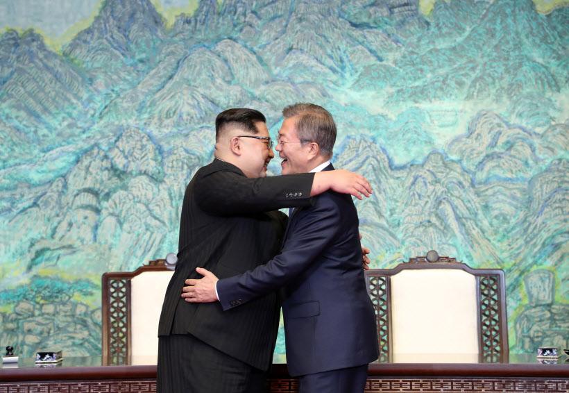 [판문점 선언] 포옹으로 하나된 '남북'