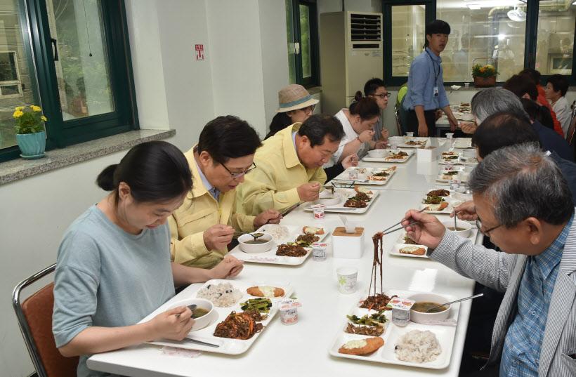 장애인복지관 식사 사진1