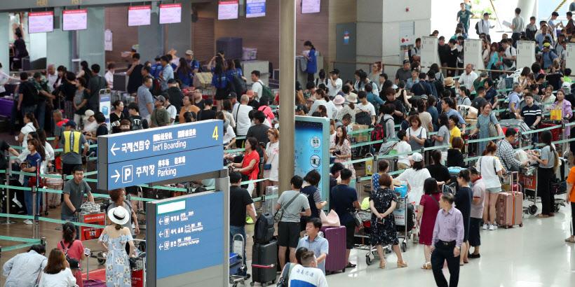 막바지 휴가 여행객들로 붐비는 인천공항