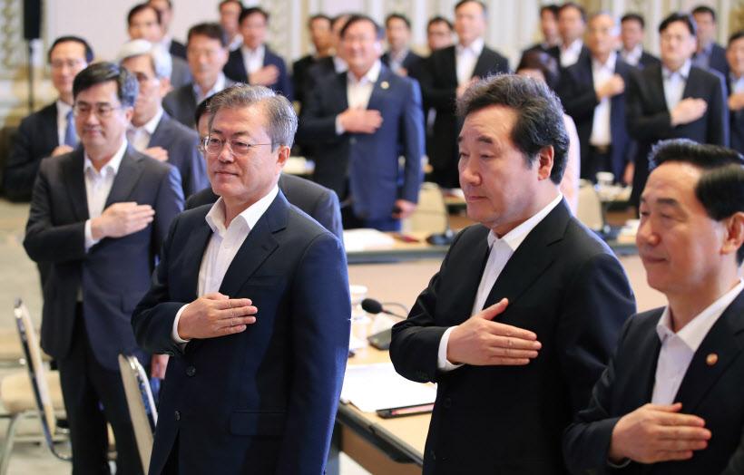 '포용국가 전략회의' 국기에 경례하는 문 대통령<YONHAP NO-3938>