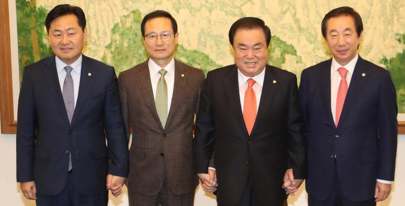 문희상 의장, 교섭단체 원내대표와 회동<YONHAP NO-3226>