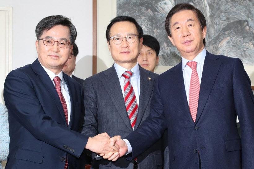 예산안 합의문 발표하는 민주·한국 원내대표들<YONHAP NO-4172>