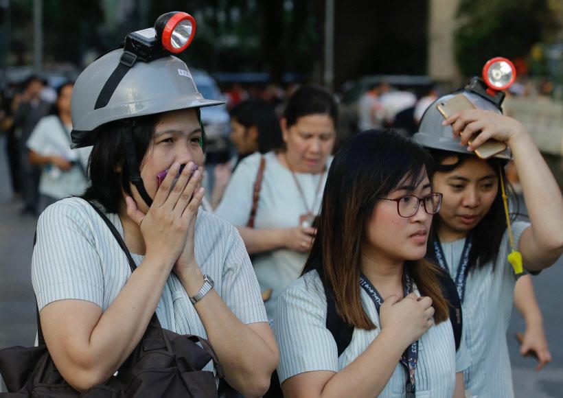 필리핀 중부서 규모 6.3 지진…대피하는 마닐라 시민들