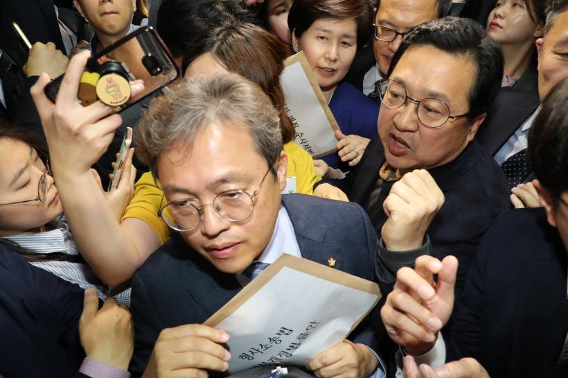 법안 제출 시도에 충돌하는 민주당과 한국당