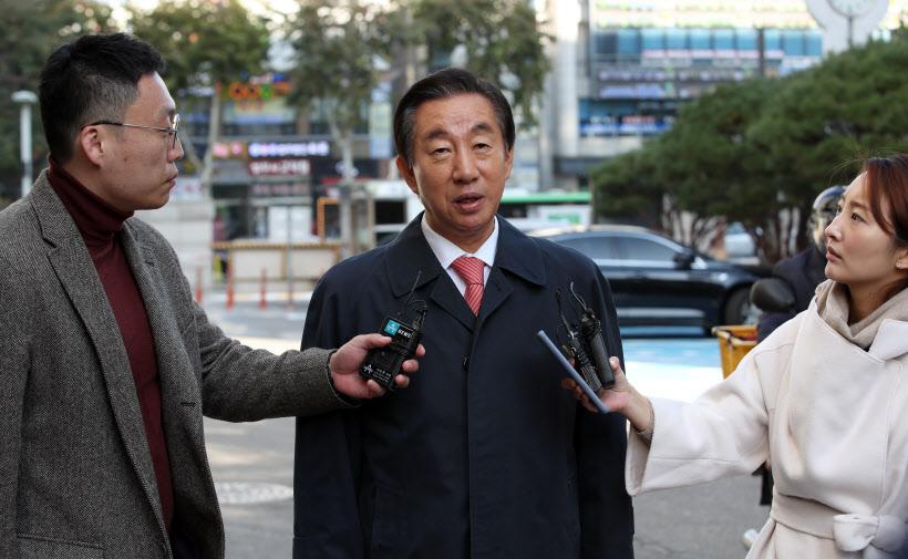 [포토]'딸 부정 채용' 질문 답하는 김성태 의원