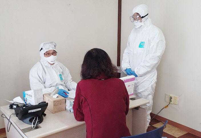 윤용 오산시보건소 관리의사 선별진료소 진료 모습