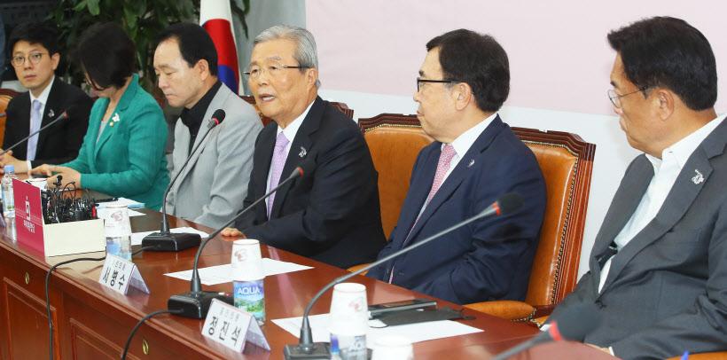 비대위-중진회의 발언하는 김종인<YONHAP NO-2870>
