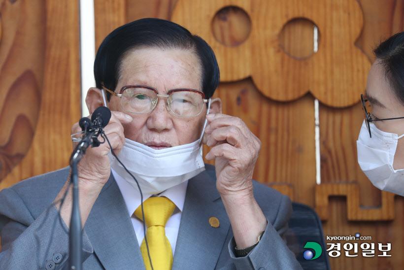 마스크 고쳐 쓰는 이만희 신천지 총회장