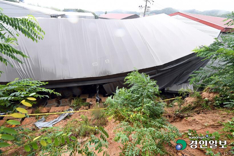 [경인포토] 토사가 덥친 평택시 한 공장