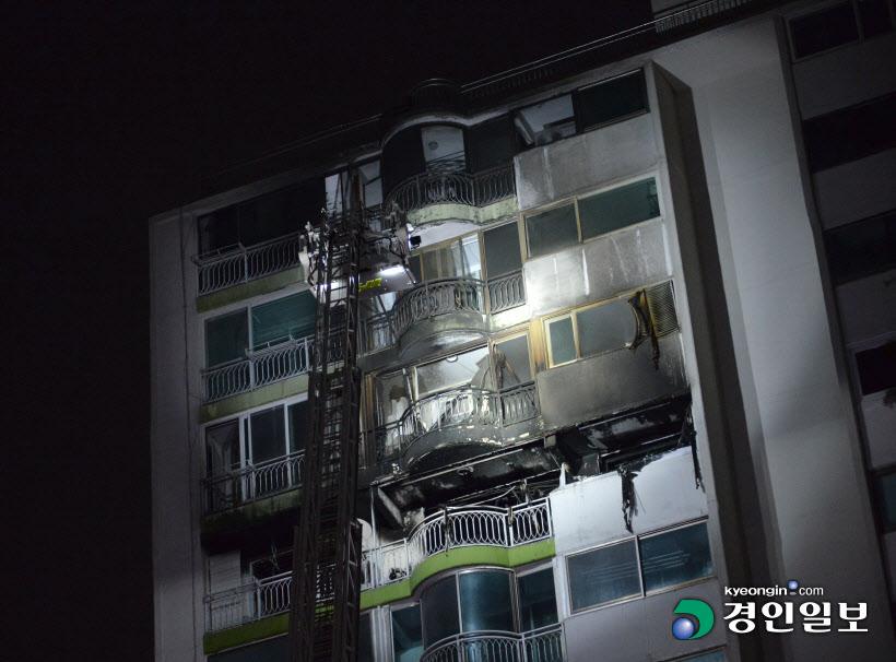 [포토]군포 아파트 화재 그을린 아파트