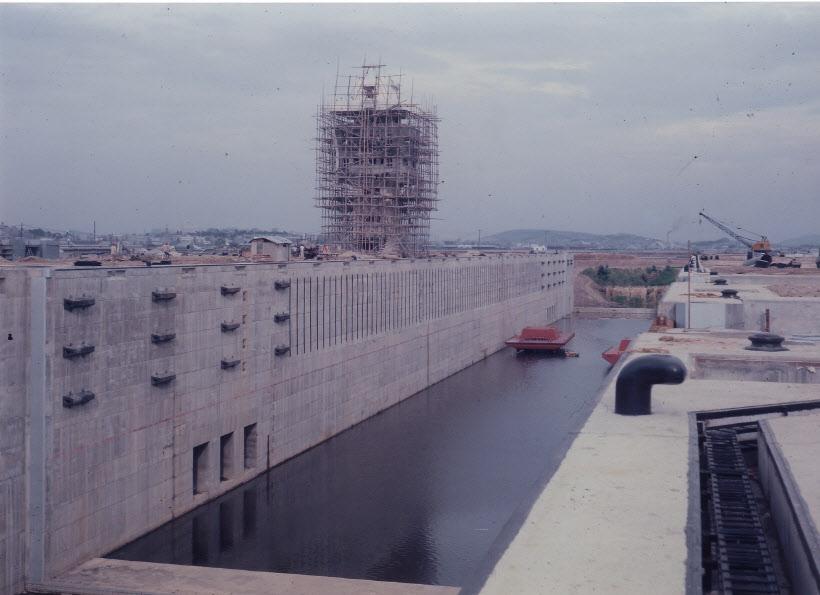 인천항 갑문 타워 설치공사 1974년