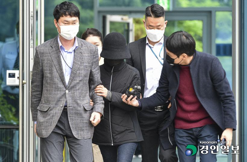 영장실질심사 마치고 법정 나서는 이복희 전 시흥 시의원3