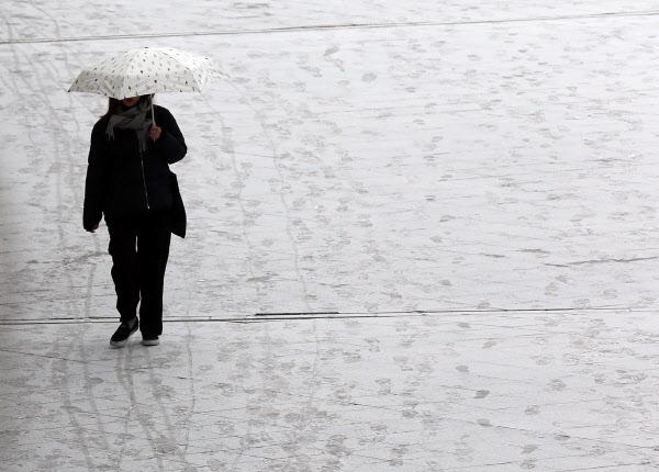 [오늘날씨]전국 흐리고 새벽까지 곳곳 눈·비…주말 미세먼지 농도↑