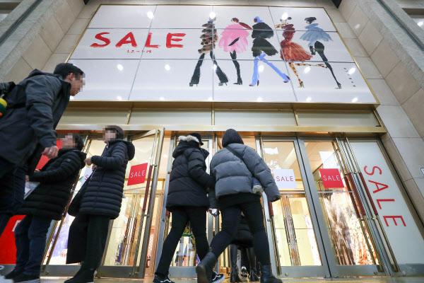 백화점 올해 첫 세일 마지막 주말…아우터·모피 등 할인 판매