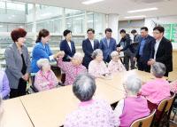 광명시의원들 복지시설 방문해 추석 위문품 전달