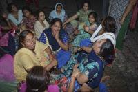 인도서 열차가 철로 위 축제 인파 덮쳐 대참사…``61명 이상 사망``